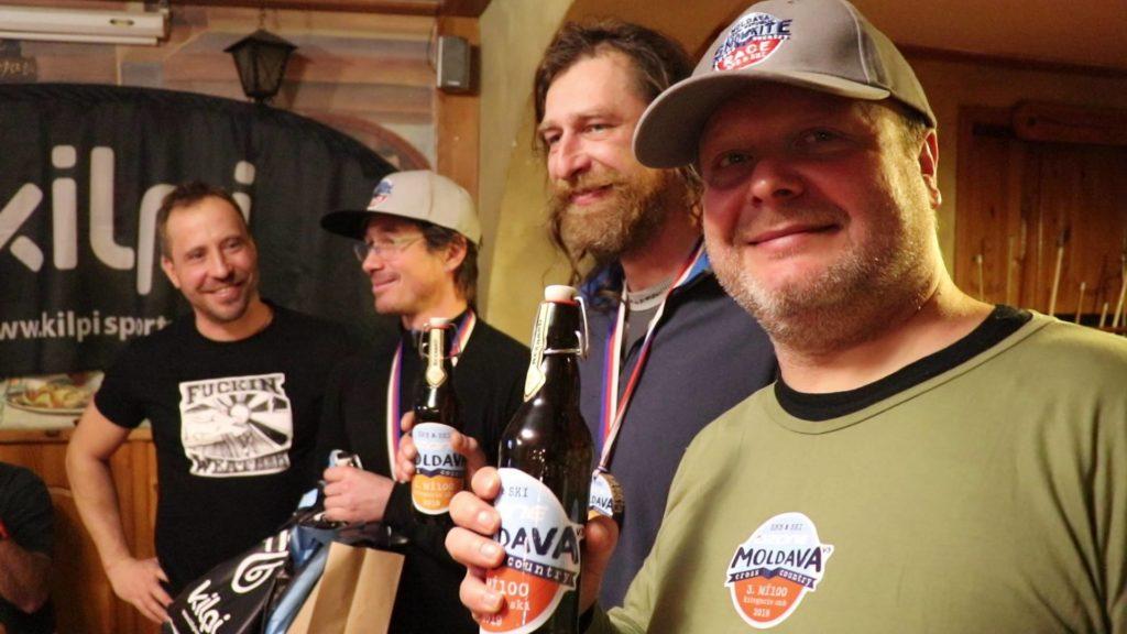 Šťastní vítězové lyží.