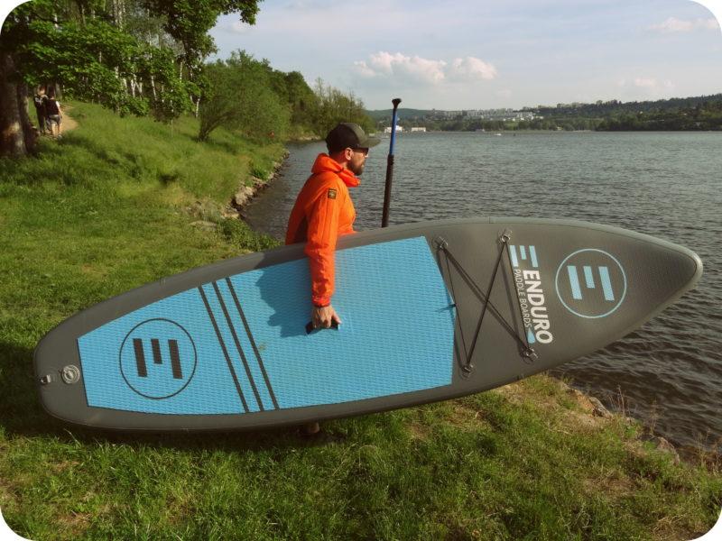 příchod k vodě s paddleboardem